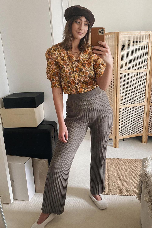 camisa floral, calça canelada e boina preta