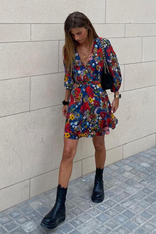 vestido floral, bolsa baquete e coturno