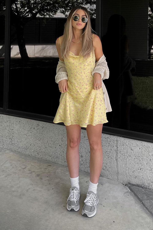 vestido amarelo floral, cardigan, tênis esportivo