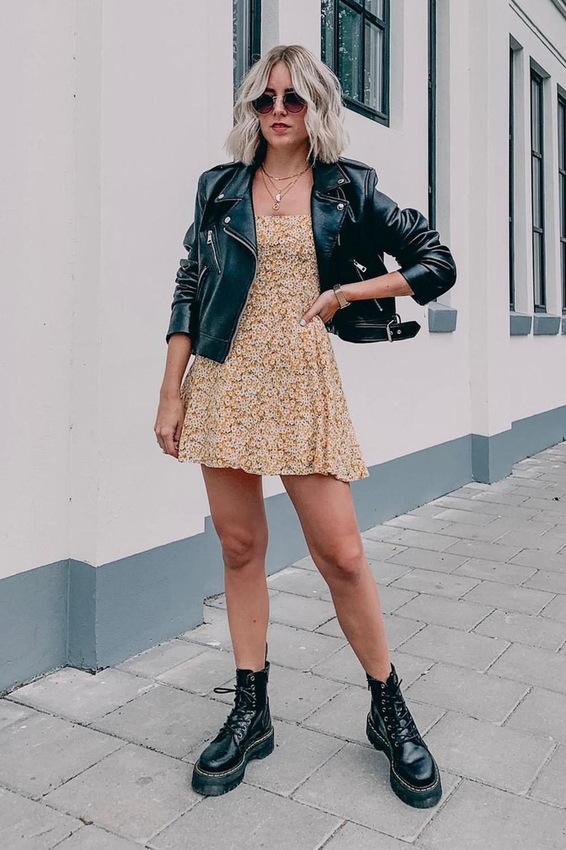 vestido curto floral, jaqueta de couro e coturno