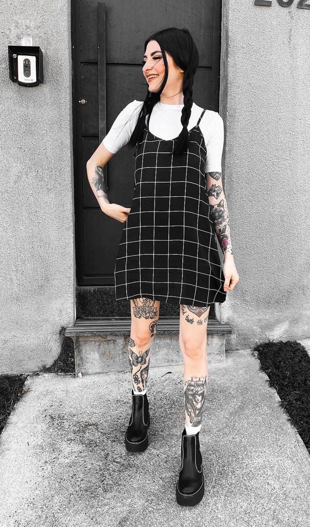 Letícia Vasconcelos, vestido xadrez preto e coturno