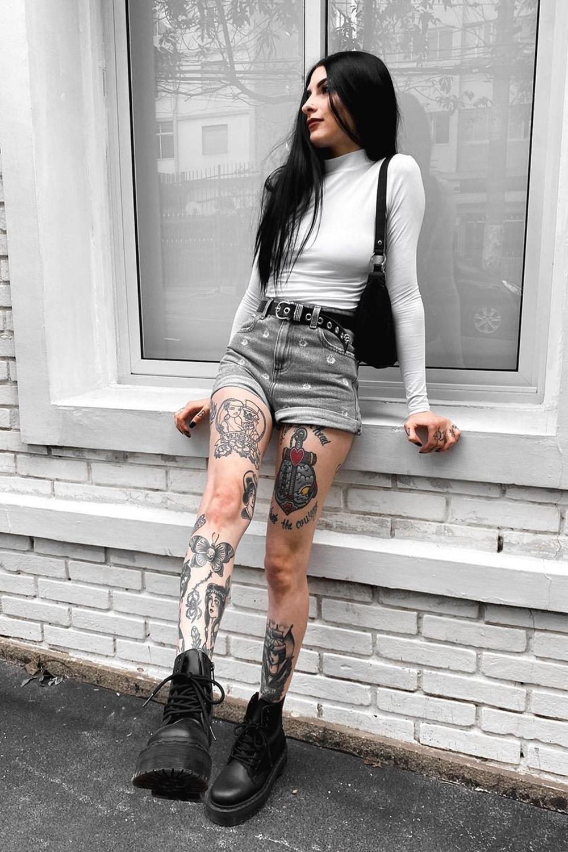 Letícia Vasconcelos, blusa branca, short jeans e coturno