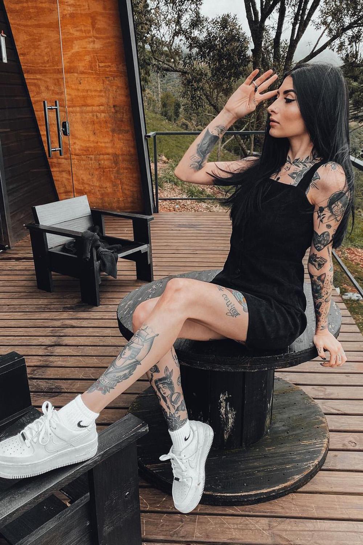 Letícia Vasconcelos, vesito preto e tênis branco