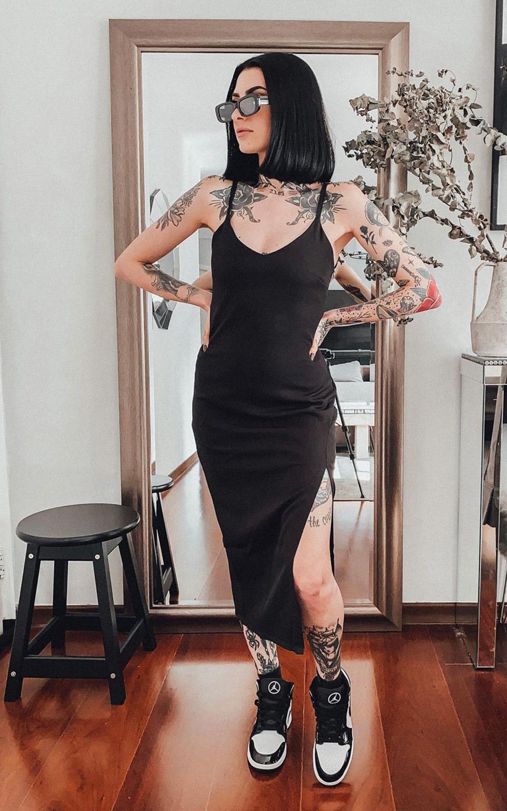 Letícia Vasconcelos, vestido midi preto e nike jordan