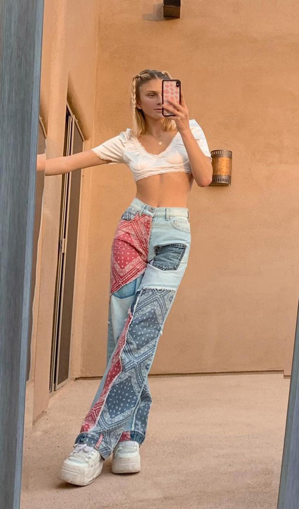 calça jeans com patches e tênis branco