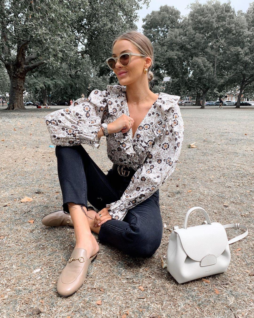 camisa floral, calça perta e mule