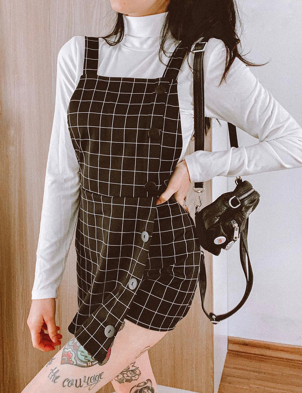 jardineira xadrez, blusa de manga branca