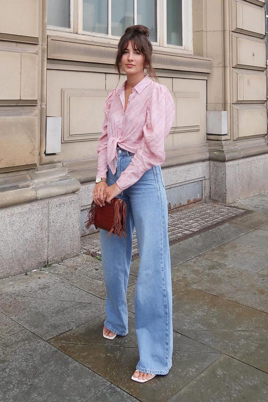 calça wide leg, camisa rosa e sandália de bico quadrado