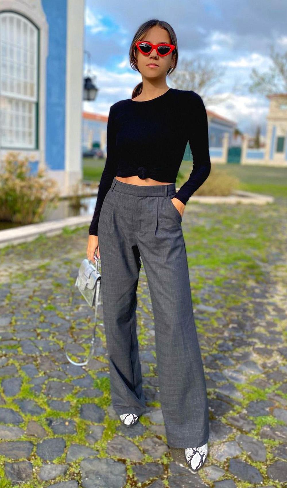 calça de alfaiataria, blusa preat de manga e bota de cobra