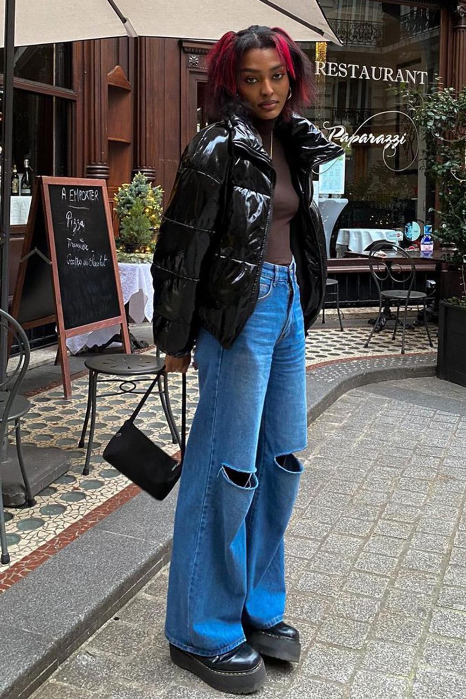 calça wide leg, puffer jacket e blusa marrom