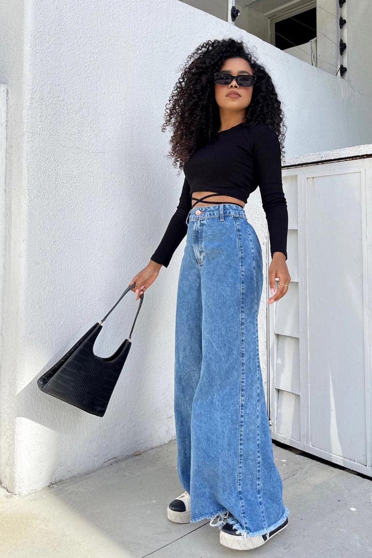 calça wide leg, cropped preto de manga e tênis platafomra