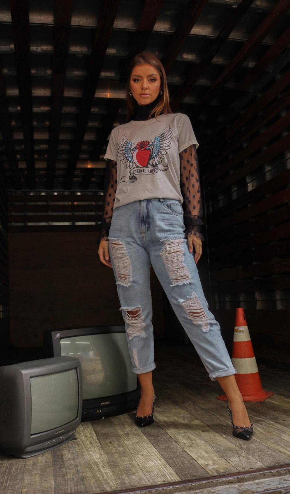 sobreposição com blusa de tule e t-shirt