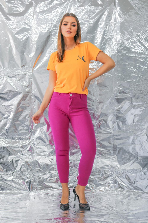 cores de inverno, t-shirt laranja, calça magenta