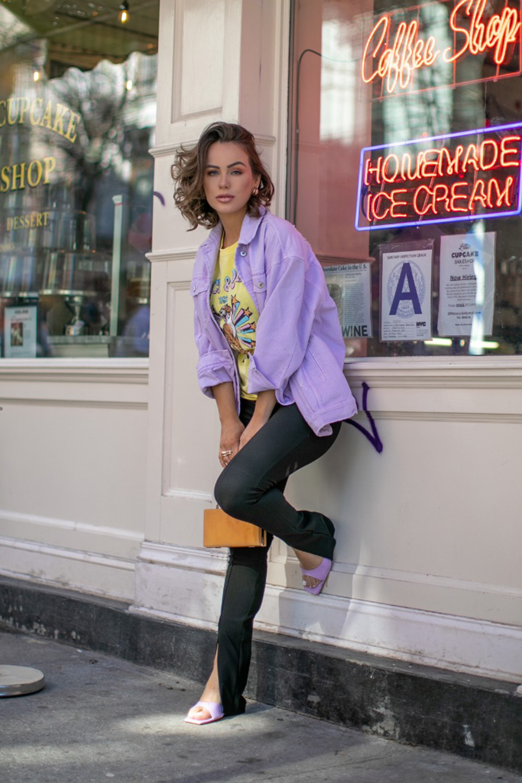 cores de inverno, jaqueta lilás, t-shirt amarela