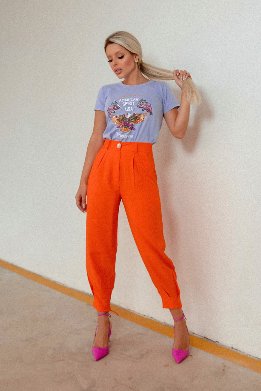 cores de inverno, t-shirt azul sernity, calça laranja
