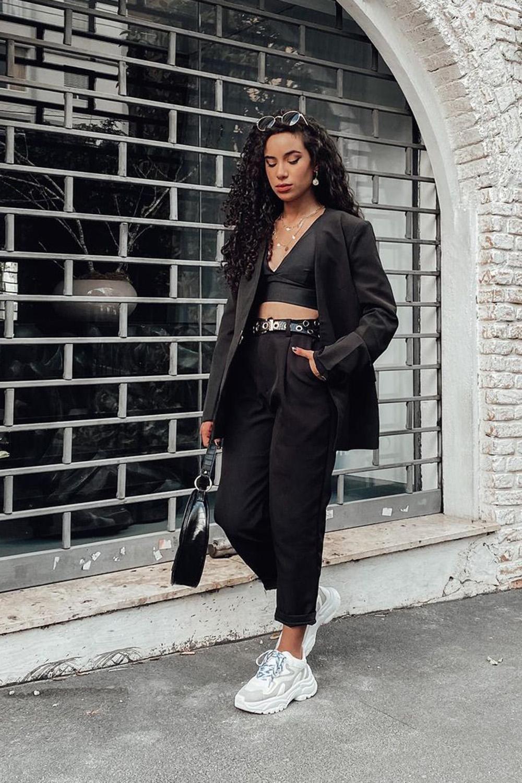 blazer preto, cropped, calça de alfaiataria, tênis branco
