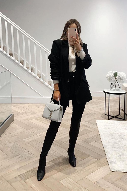 blazer preto, calça perta e bota de bico fino