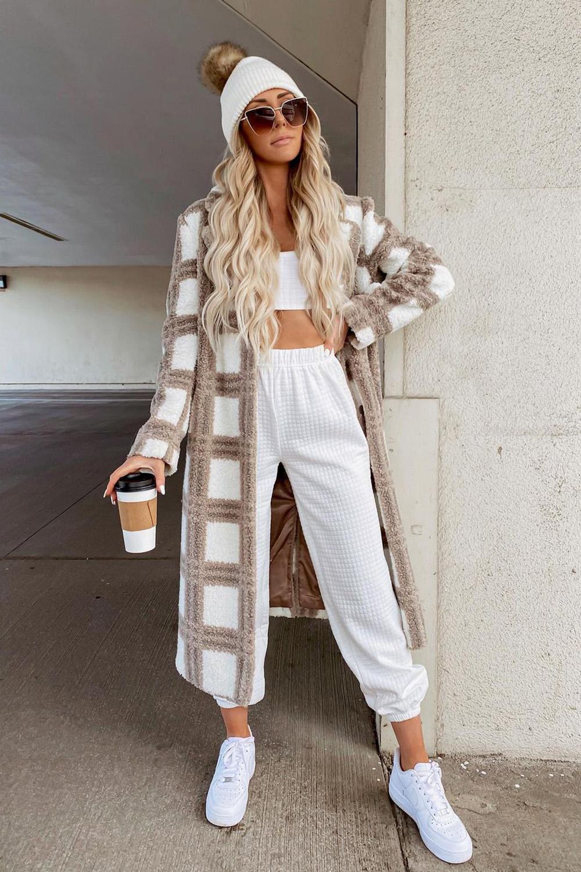 maxi casaco xadrez, top faixa e calça de moletom