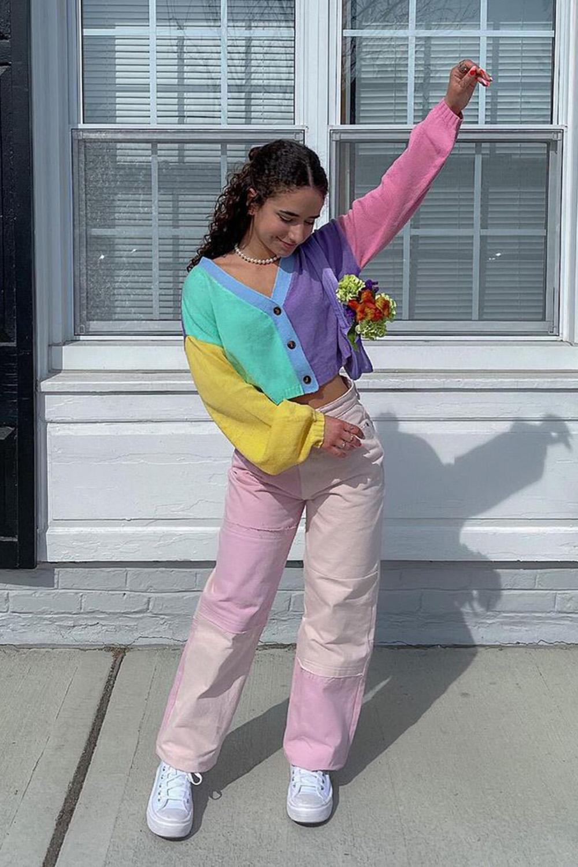 suéter colorido e calça rosa