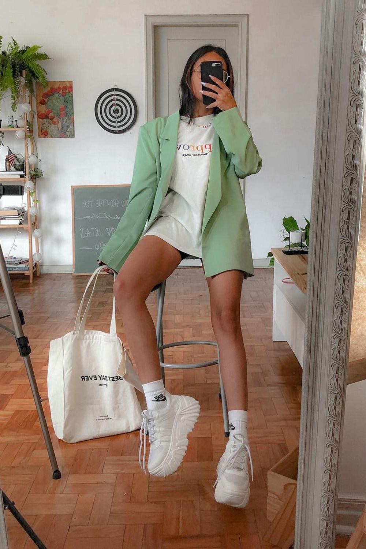 looks práticos, blazer verd, t-shirt e tênis branco