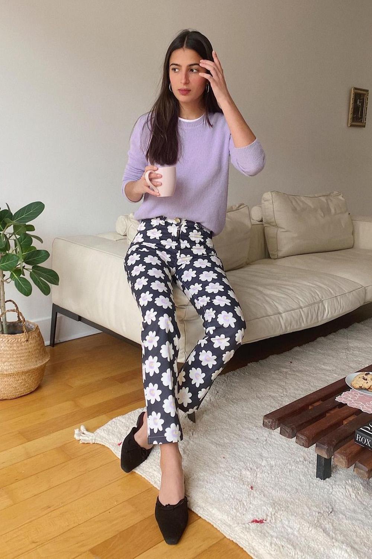 looks práticos, calça flroal e suéter lilás