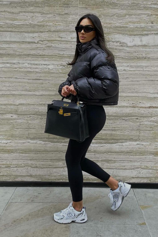 jaqueta puffy cropped, calça legging e tênis esportivo