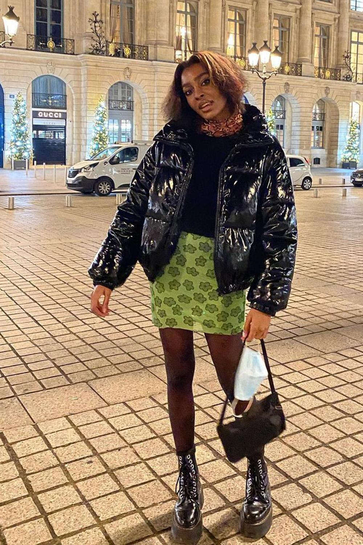 puffer jacket vinil, blusa preta e minissaia verde