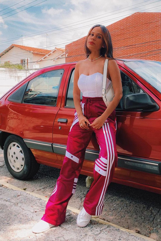 corset, calça adidas vermelha e tênis branco