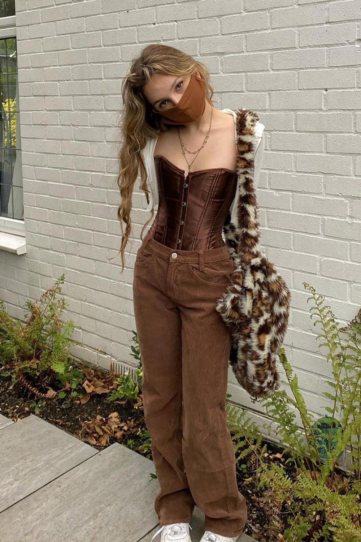 corset, calça marrom, bolsa de pelúcia