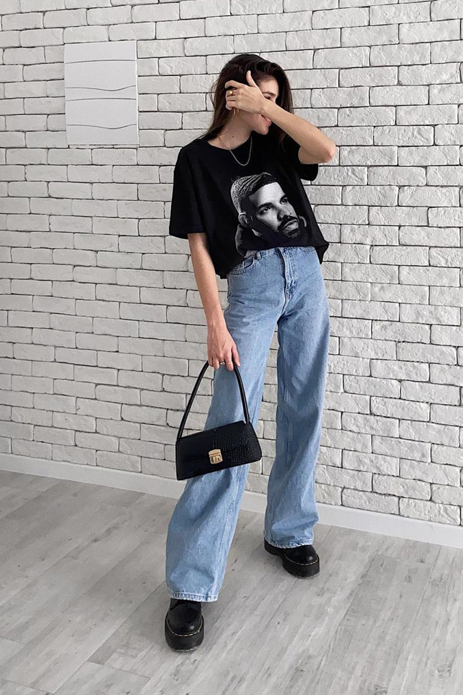 blusão, calça jeans e coturno