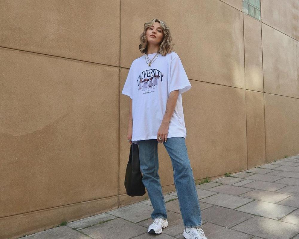 blusão branco, calça jeans e tênis esportivo