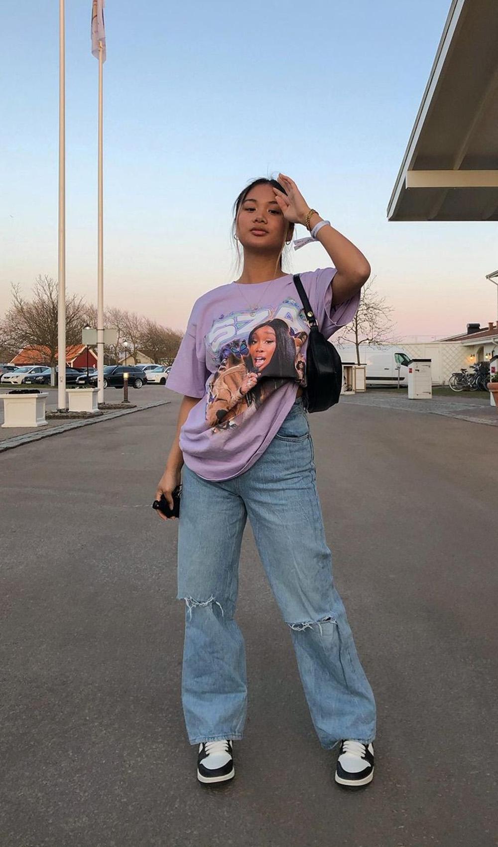 blusão lilás, calça jeans wide leg e tênis nike