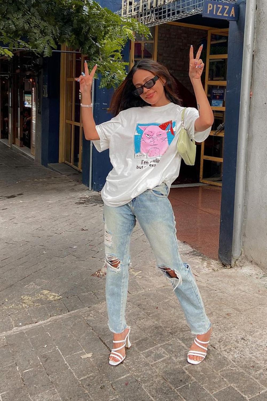 blusa oversized, mom jeans destroyed e sandália de tiras