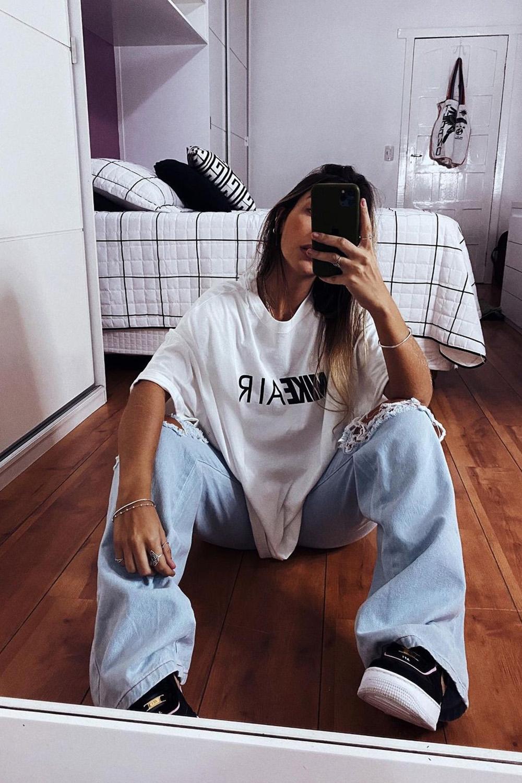 T-shirt larguinha branca, calça jeans destroyed