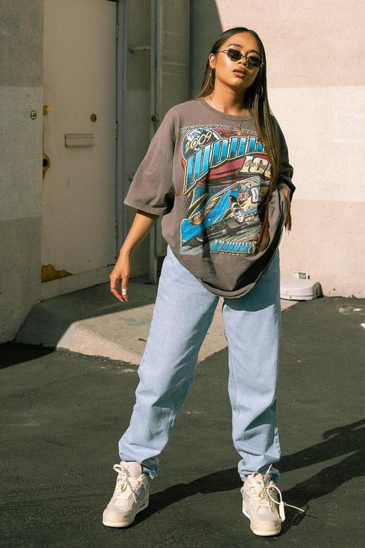 T-shirt larguinha, wide leg jeans