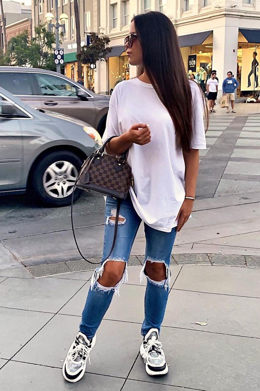 T-shirt larguinha branca, skinny jeans destroyed e chunky sneakres