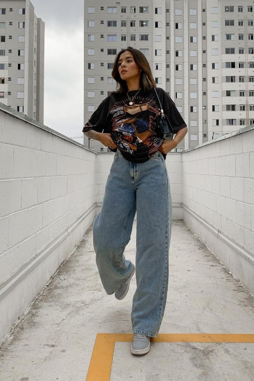 T-shirt larguinha preta, calça jeans wide leg, bolsa baguete