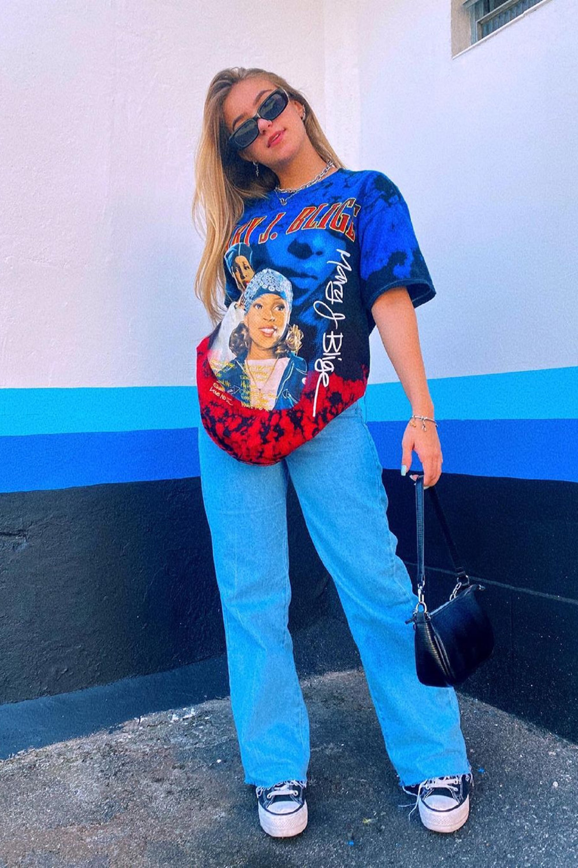 T-shirt larguinha, calça jeans wide leg e all star