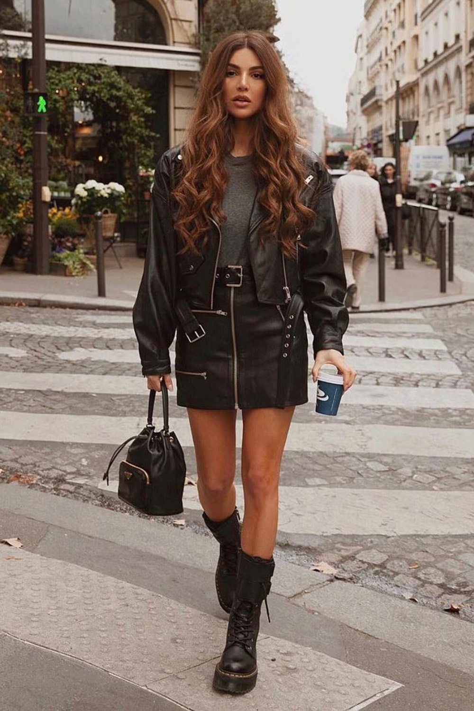 jaqueta, saia de couro com coturno