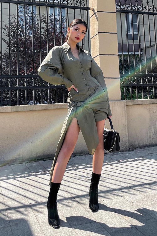 vestido verde militar e bota de bico fino