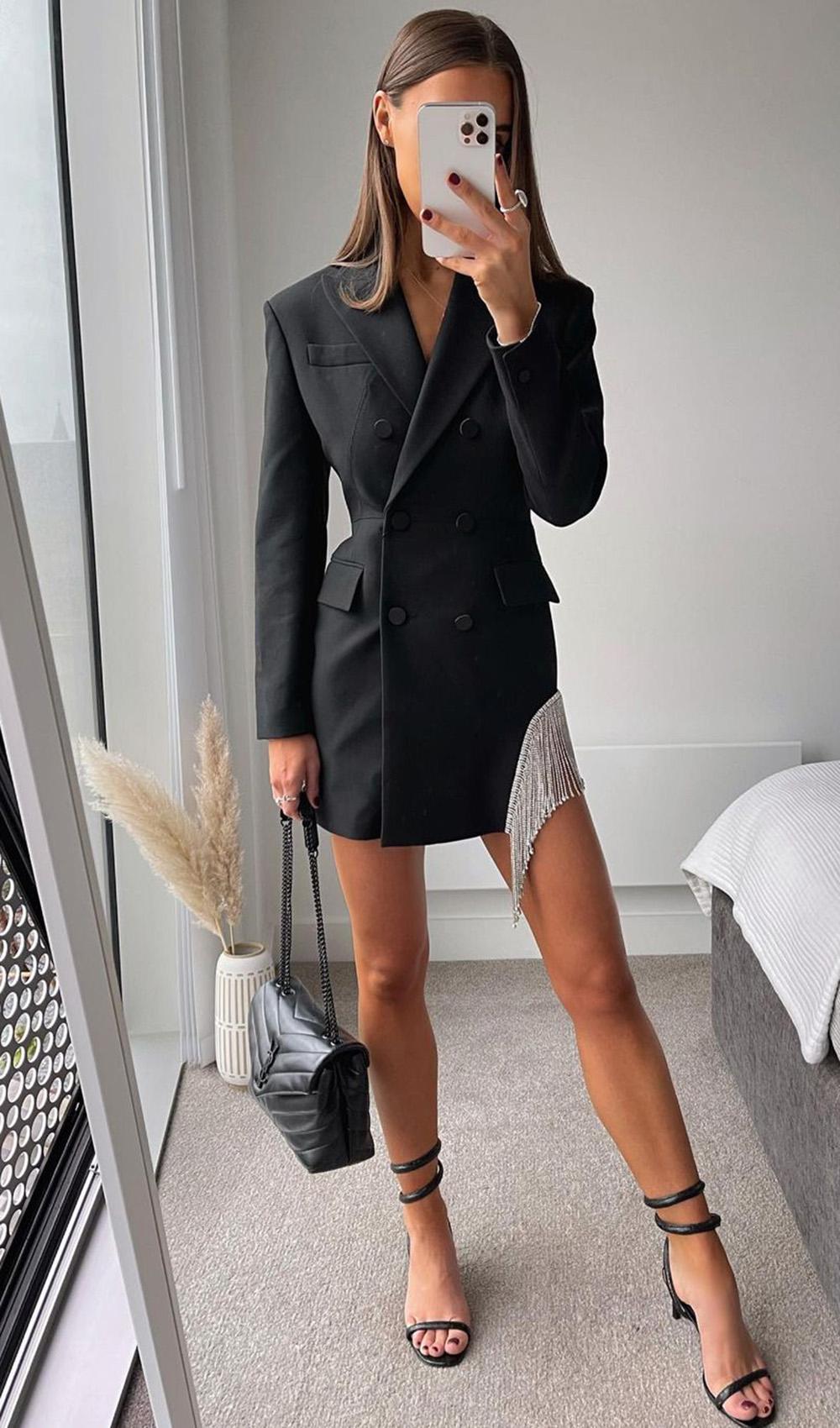 alfaiataria desconstruída, blazer vestido preto e sandália de tiras