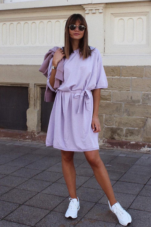 vestid lilás e tênis branco