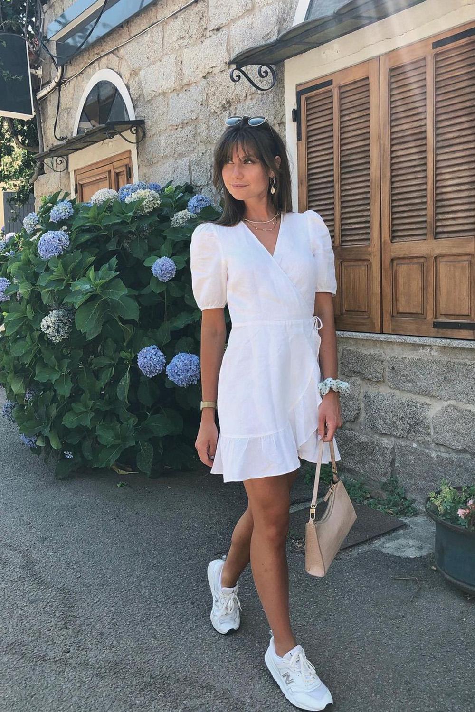 Laureen, vestido branco e tênis branco