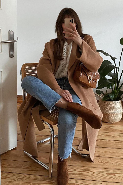 Laureen, sobretudo marrom, camisa branca, calça jeans e ankle boot