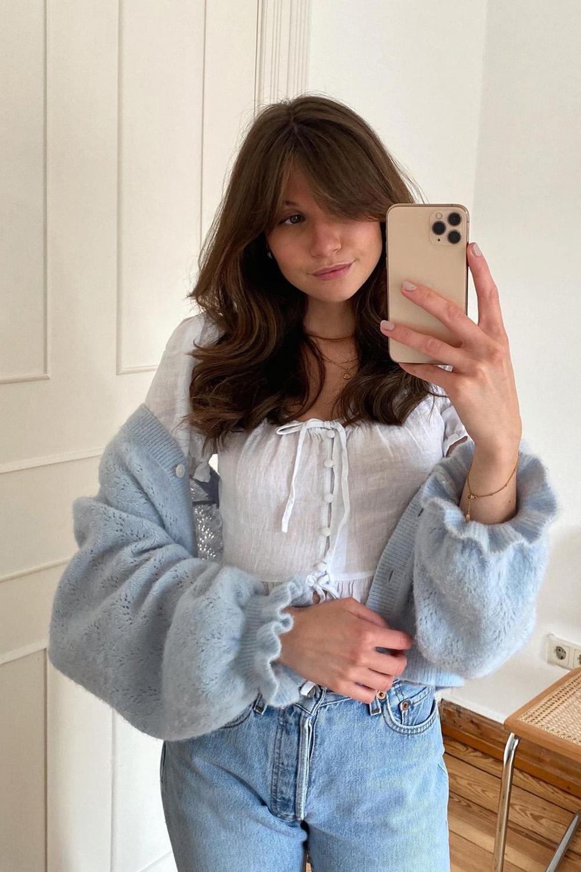 Laureen, cardigan, batinha e calça jeans
