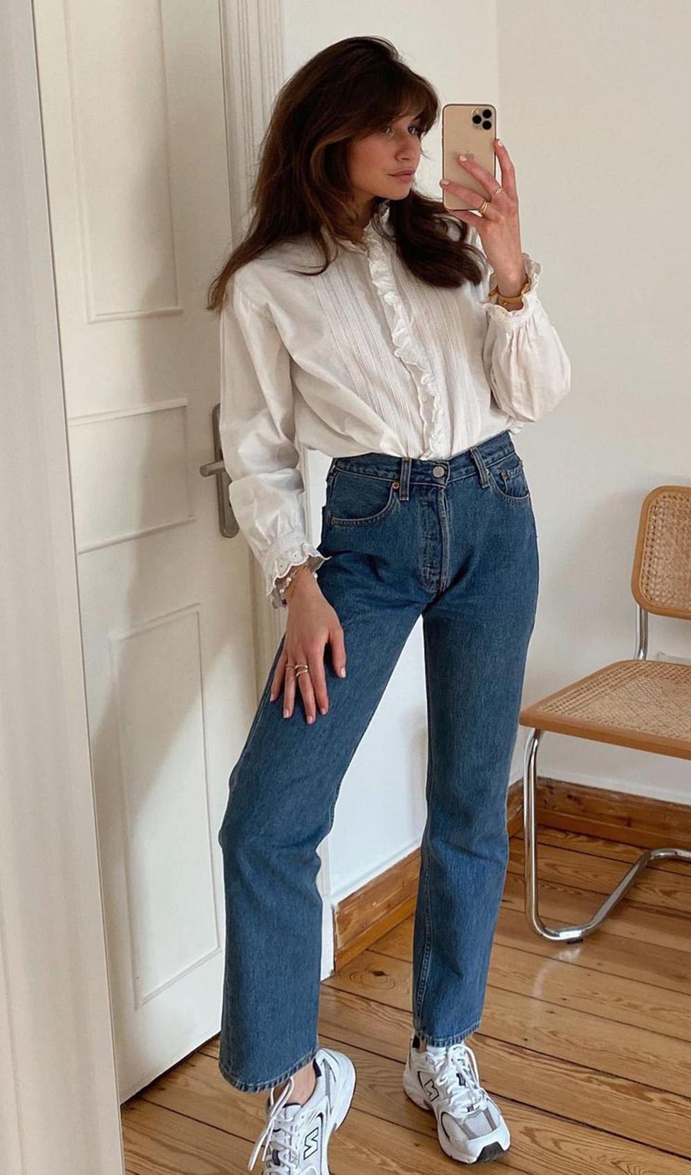 Laureen, camisa branca, mom jeans e chunky sneakers