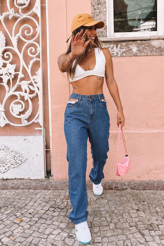 calça com bolso vazado, top branco e boné