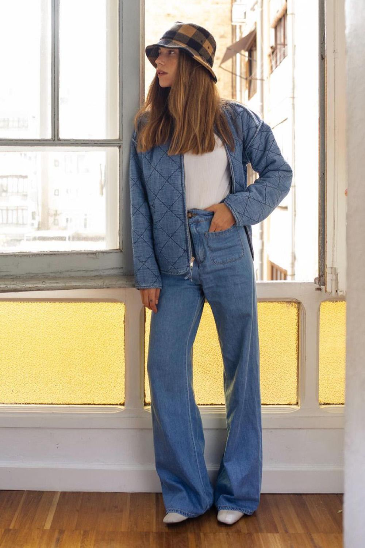 casaco azul, regata branca e calça jeans wide leg
