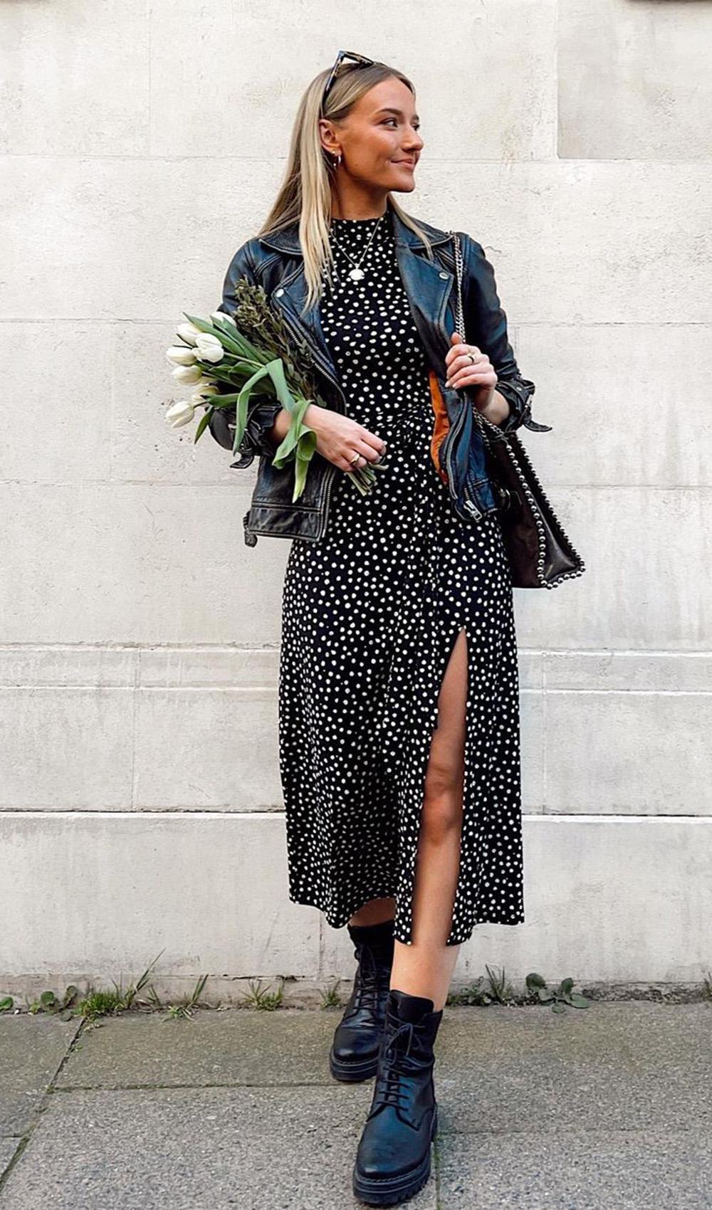 cool no inverno, vestido midi poa, jaqueta de couro e coturno