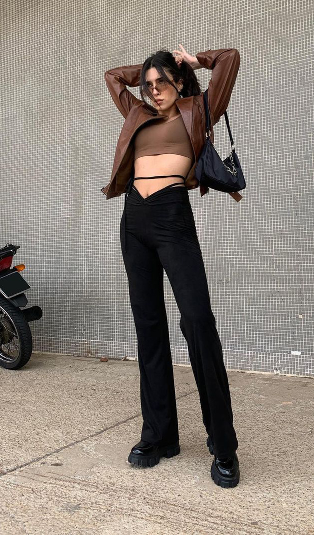cool no inverno, jaqueta de couro cropped, calça preta e coturno